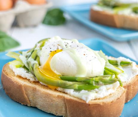 Toast made with bread, asparagus and eggs
